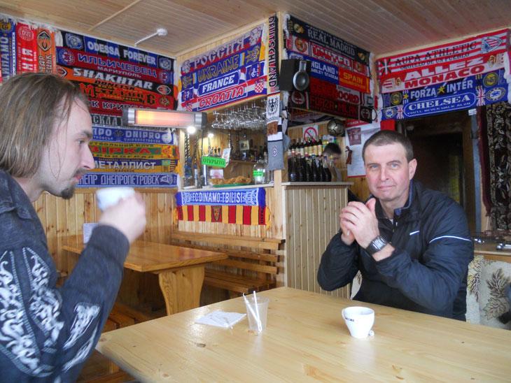 В кафе все стен увешаны шарфами футболных болельщиков