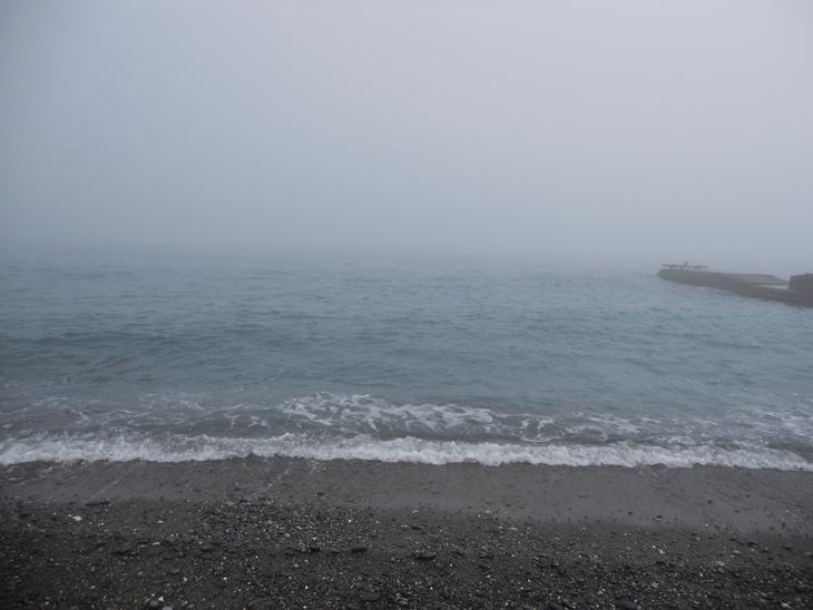 Туман поглощает море
