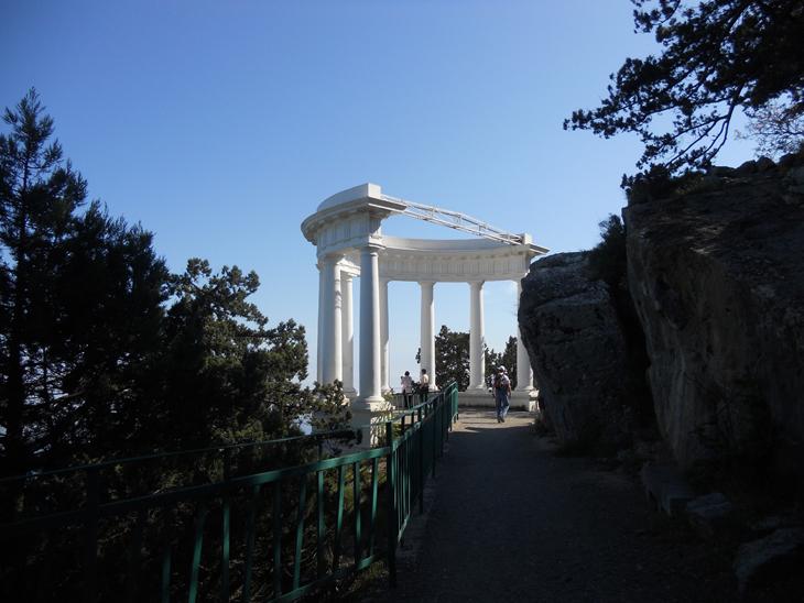 Белокаменная ротонда - одно из украшений царской тропы