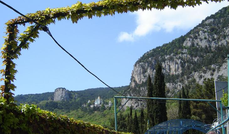 Вид с тропы на Храм Святого Михаила