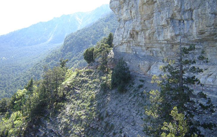 Чертов мост-полочка, вырубленным в монолите скалы