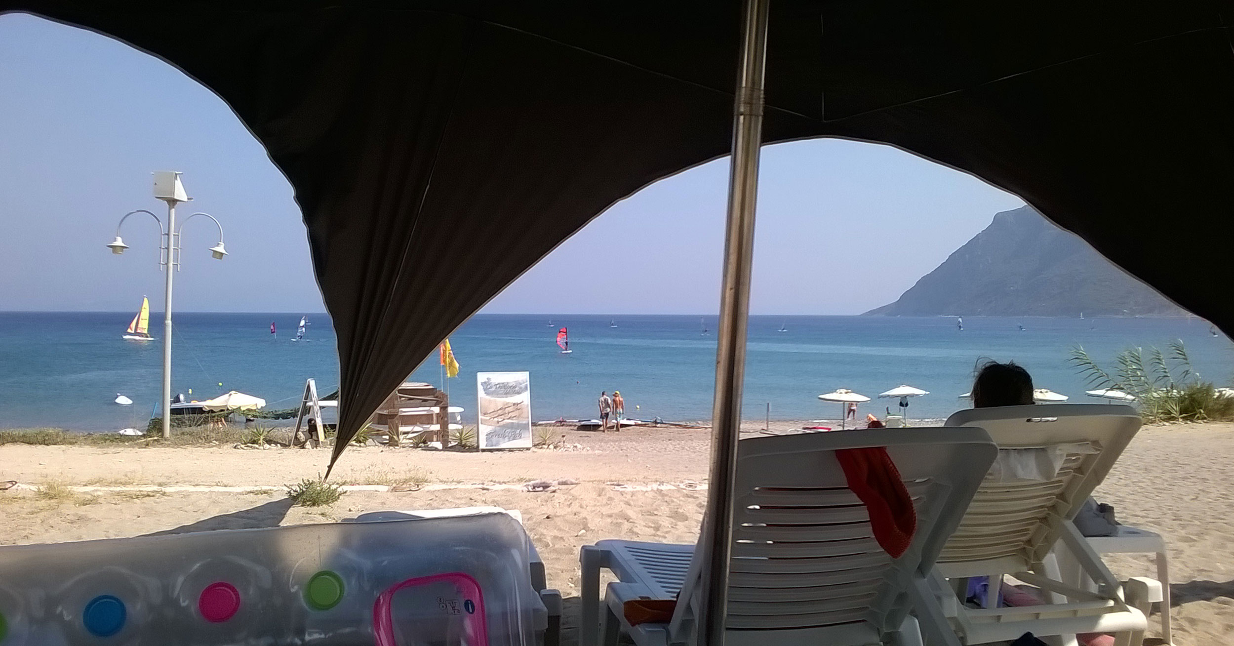 лежачки в тени около моря